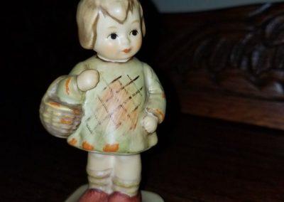 Goebel M.I. Hummel Club I BROUGHT YOU A GIFT figurine  Hum 479